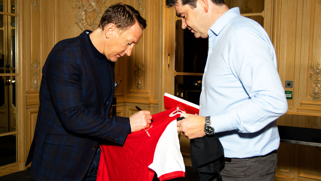 Ray parlour signing a vitage Arsenal shirt for an OysterClubX event guest.